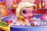 Mały kucyk w kąpieli